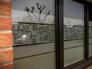 Oubliez les rideaux et découvrez l'adhésif dépoli ! par J'HABILLE VOS FENETRES Moderne