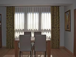 Salon comedor con dobles cortinas en plata y ocre Comedores de estilo moderno de Villalba Interiorismo Moderno