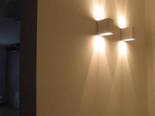 particolare illuminazione disimpegno: Ingresso, Corridoio & Scale in stile  di studio radicediuno