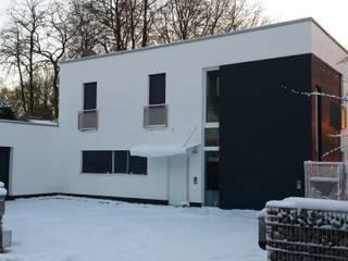 Straßenseite im Winter:   von Architekturbüro Schlesinger