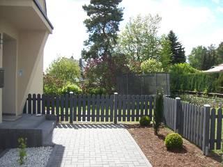 Staketenzaun Modell Mainz mit Vergrauungslasur: moderner Garten von BEGO Holz und Stahl