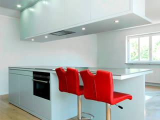 Ansicht zum Wohnbereich:  Küche von Moserarchitekten