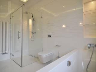 łazienka w bieli Nowoczesna łazienka od Suare Studio Natalia Margraf-Wojciechowska Nowoczesny