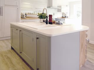 The Classic Range Kitchen in a Sussex Family Home: classic Kitchen by Simon Benjamin Furniture