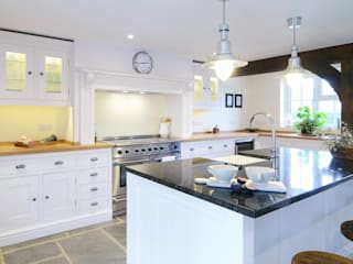 The Classic Kitchen in West Sussex Barn Cuisine classique par Simon Benjamin Furniture Classique