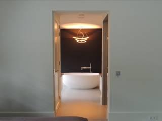 Doorkijk van de masterbedroom naar de badkamer:  Slaapkamer door Design Gietvloer