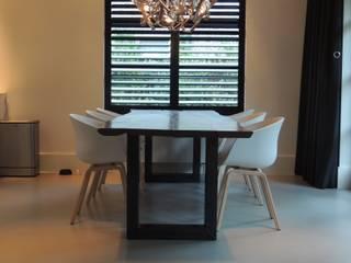 Een gietvloer in de eetruimte www.designgietvloer.nl:  Woonkamer door Design Gietvloer