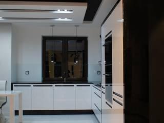 Połączenie bieli z czernią, MDF lakier połysk połączony z czarnymi uchwytami ze szkła Lacobel. od ABC kuchnie Minimalistyczny