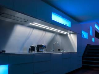 Droomhuis met 'Ambylight':  Keuken door Lab32 architecten