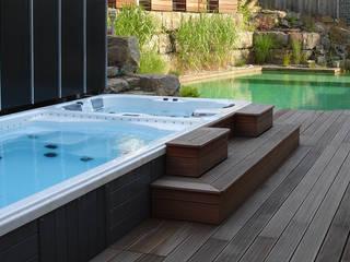 Teilversenkter Swim-Spa in der eigenen Wellnessoase...: moderner Garten von Viva-Aqua GmbH