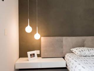Attico R: Camera da letto in stile  di Studio  Vesce Architettura