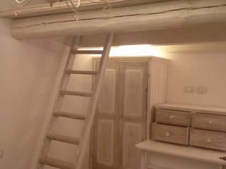 Dettagli dei contenitori: Camera da letto in stile  di Creazionedatmosfere