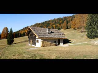 La baita Premessarìa nella foresta dei Violini Studio Moretti Case in stile rustico