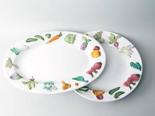 Plat avec légumes en relief - Atelier Soleil, faïencier à Moustiers:  de style  par Atelier Soleil