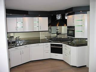 Kunststof keuken spuiten in wit ral-9016 zijdeglans | na het overspuiten:   door Eurobord Keukenspuiterij en Meubelspuiterij