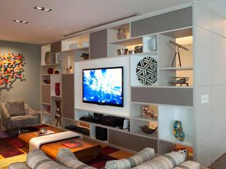 Living Com Estante que Divide Ambientes: Salas de estar  por KTA - Krakowiak & Tavares Arquitetura