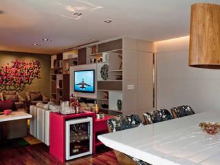 Living Com Adega: Salas de estar  por KTA - Krakowiak & Tavares Arquitetura