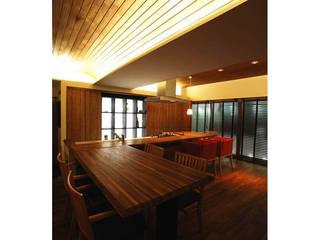 Salas de estilo moderno de 辻史彰建築研究所 Moderno