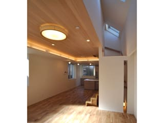 Modern living room by 辻史彰建築研究所 Modern