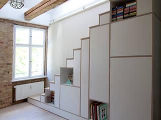 Stairs shelving: moderne Wohnzimmer von Amelung - Craft and Design