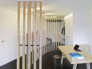 Reforma de apartamento en dos plantas, A Estrada, Pontevedra: Estudios y despachos de estilo  de Ameneiros Rey   HH arquitectos