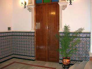 Zócalo azulejos relieve: Pasillos y vestíbulos de estilo  de Hispalcerámica