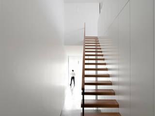 Casa Jarego: Corredores e halls de entrada  por CVDB Arquitectos