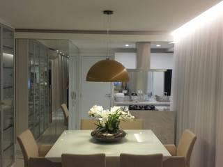 Apartamento JB Salas de jantar modernas por Roesler e Kredens Arquitetura Moderno