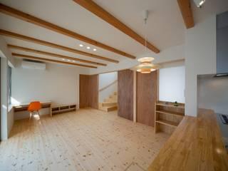 Salones de estilo moderno de 一級建築士事務所 想建築工房 Moderno