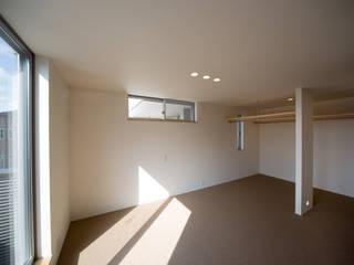 寝室: 一級建築士事務所 想建築工房が手掛けた寝室です。