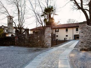 Ingresso al cortile della Villa: Sedi per eventi in stile  di Paolo Coretti, architetto
