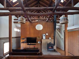 築100年を超える雨屋の改修: STUDIO POHが手掛けたリビングです。,