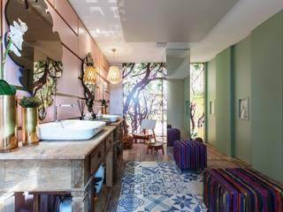 tropical Bathroom by Orlane Santos Arquitetura