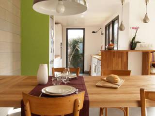 Extension bois pour une cuisine salle à manger Salle à manger moderne par EC architecture Moderne