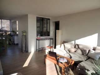 La pièce à vivre après réalisation: Salon de style de style Moderne par Reinvente Ta Maison