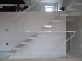 Pasillos, vestíbulos y escaleras de estilo moderno de fferrarinirsm di ferrarini fabio Moderno
