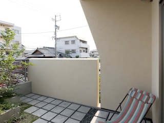 Garden Terrace House: Sakurayama-Architect-Designが手掛けたベランダです。
