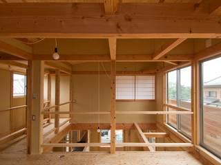 Salas multimedia de estilo rústico de 氏原求建築設計工房 Rústico