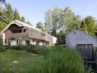Seeansicht mit Bootshaus: skandinavische Häuser von architekt stephan maria lang