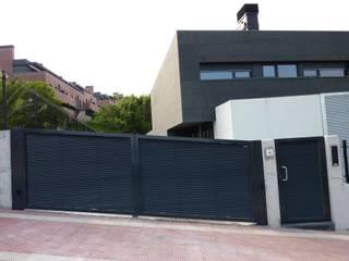 Puerta tipo abatible de 2 hojas automática de aluminio soldado Puertas y ventanas modernas de Puertas Lorenzo, s.a Moderno
