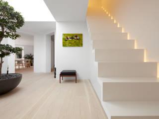 Pasillos y recibidores de estilo  por Schmidt Holzinger Innenarchitekten