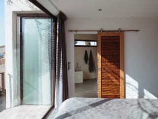 VILLA MACINITA: Chambre de style  par X-TREM CLEMENT BOIS ARCHITECTE