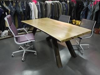 Tavolo B-Studio di Un-real Studio Associato Moderno