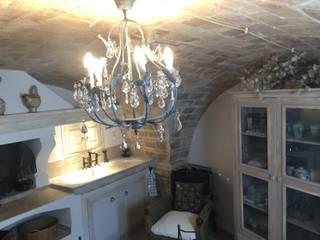 La stalletta shabby chic: Cucina in stile in stile Mediterraneo di Francesca Blasi