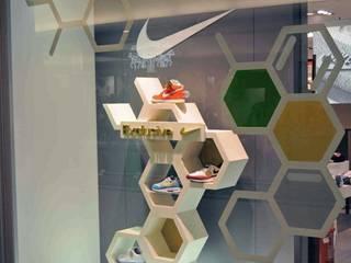 Progetto Vetrina ed Espositori NIKE HEXAGON Spazi commerciali moderni di Un-real Studio Associato Moderno