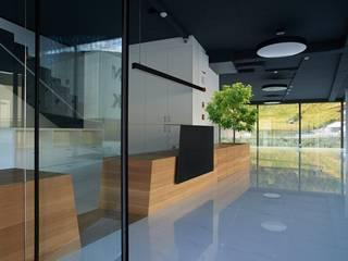 Auto Hofer Spazi commerciali moderni di Un-real Studio Associato Moderno