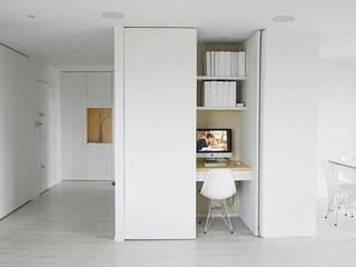 REHABILITATION APPARTEMENT: Bureau de style de style Moderne par Martin Gasc