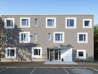Jugendwohnheim: moderne Häuser von Koenigs + Rütter