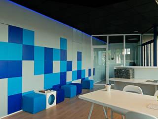 Estudios y oficinas de estilo moderno por SOMMOS