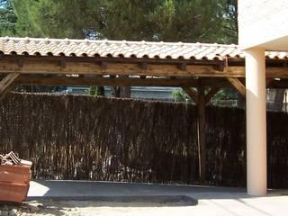 Porche garaje de madera de PergolasyPorches.com Rústico